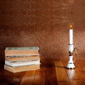 старый стопку книг с подсвечник — Стоковое фото