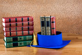 Graduation mortarboard on top of stack of books — Stok fotoğraf