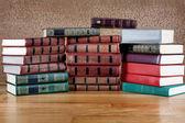 Stos starych książek na pięknym drewnianym stołem — Zdjęcie stockowe