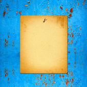みすぼらしい背景青さびた金属製の壁の古い紙広告 — ストック写真