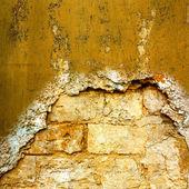 Sullo sfondo della vecchia muratura con tracce dell'ex migh — Foto Stock