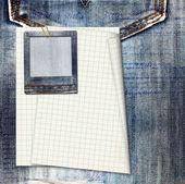 винтажные открытки с бумагой слайды на фоне старых джинс — Стоковое фото