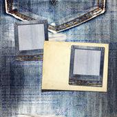 Archiwalne pocztówki z papieru slajdy na stare dżinsy tło — Zdjęcie stockowe