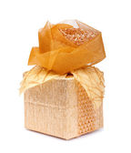 Caixa de presente bonita em papel dourado com uma seda rosa isolada em uma — Foto Stock
