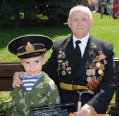 Grandfather and grandson on Victory Day — Stock Photo