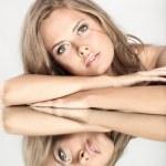 vacker flicka med en spegel — Stockfoto