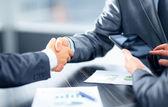 Zakelijke schudden handen in office — Stockfoto