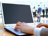 Persona escribiendo en un portátil moderno en una oficina — Foto de Stock