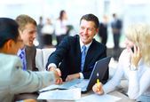 Negócios, apertando as mãos, terminando uma reunião — Foto Stock