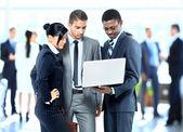 úspěšní podnikatelé pracují společně — Stock fotografie