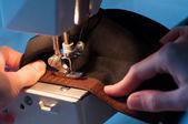 Costureira costura no fecho de velcro gancho-e-laço — Foto Stock