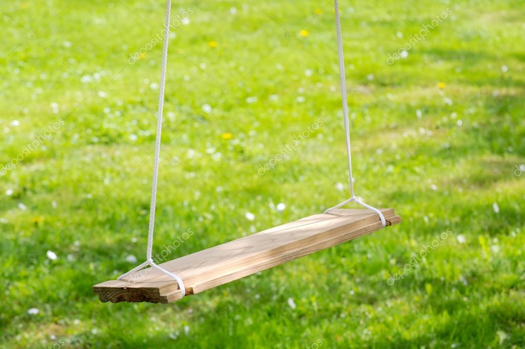 Balan oire de jardin en bois vide photographie for Balancoire de jardin en bois