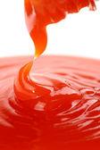 热辣椒酱浇筑从瓶 — 图库照片