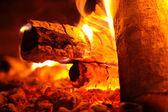 Madera ardiendo en la chimenea — Foto de Stock