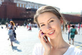 Woman talking on the phone in Moscow near the Kremlin — Stock Photo