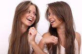 Dvě mladé ženy - izolované na bílém — Stock fotografie