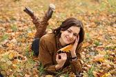 Sonbahar Park telefonla aramayı kadın — Stok fotoğraf