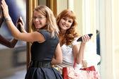 Dvě šťastné ženy s nákupy v obchodě — Stock fotografie