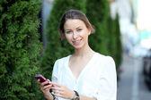 Genç bir kadın telefon ederken — Stok fotoğraf