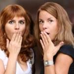 zwei junge schöne Frauen sind sehr überrascht — Stockfoto