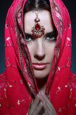 Hint kırmızı elbise genç güzel kadın — Stok fotoğraf