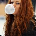吹泡沫从嚼口香糖的女孩 — 图库照片 #19173503