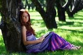 Giovane donna in estate, verde parco lettura libro — Foto Stock