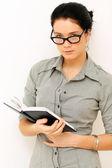 Giovane donna in lettura libro isolato su bianco — Foto Stock