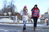 Gelukkig jonge paar vrouwen in de winter straat — Stockfoto