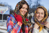 Ritratto di una giovane donna in russo sciarpa — Foto Stock