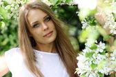 Portrait of beautiful blond im frühling blühen — Stockfoto