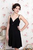 Chica joven adolescente en pijama negro — Foto de Stock