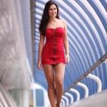 όμορφη κοντινή γυναίκας με κόκκινο φόρεμα — Φωτογραφία Αρχείου