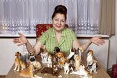 Yaşlı kadın ile köpek porselen biblolar topluluğu — Stok fotoğraf