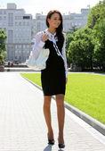 La hermosa joven entra en la plaza — Foto de Stock