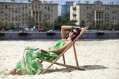 Belle jeune femme détente allongé sur un transat — Photo