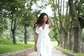 Femme sexy dans une robe blanche dans la rue — Photo