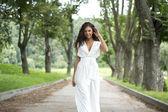 Sexy žena v bílých šatech na ulici — Stock fotografie