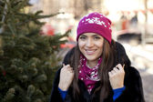 Happy young woman on a background of a winter city — Stockfoto