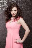 Jeune femme heureuse en robe rose — Photo
