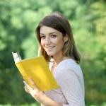 sarışın kız parkta bir kitap okuma — Stok fotoğraf