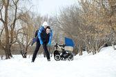 Jonge gezin in winter park — Stockfoto