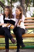 Tvillingar av syster readink bok — Stockfoto