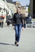 Młoda kobieta spaceru na ulicy — Zdjęcie stockowe