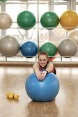 Giovane donna in un palazzetto dello sport — Foto Stock