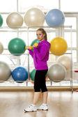 Jonge vrouw in een sporthal — Stockfoto