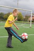 Chico atlético en el campo de fútbol — Foto de Stock