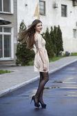 Mladá žena chůze na ulici — Stock fotografie