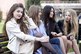 Portret czterech miejskich kobiet poza — Zdjęcie stockowe