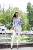 Ritratto di lunghezza di una bella donna in pantaloni bianchi e blu — Foto Stock